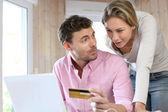 Pár kreditní kartou nakupovat online
