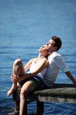 Paar entspannenden auf einer See-Brücke im Sommer