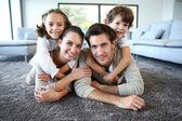 Usmívající se rodina na koberci