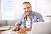 Muž pracující na počítači