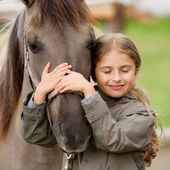 Koně a krásná dívka
