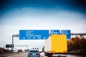 Traffico di strada trafficata autostrada autobahn in Germania - lente tilt shift usato per accentuare lautostrada e per sottolineare la visione di velocità