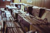Vinyly v regálech