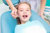 Dívka návštěvu zubaře, navštivte zubaře