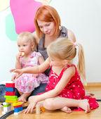 Bambina e sua madre, giocando con ferrovia seduto sul pavimento