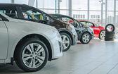 Mehrere neue Autos im Autohaus salon