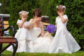 Braut stand mit kleinen Mädchen in eleganten Kleidern