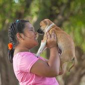 Dívky a štěně v zahradě