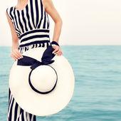 Módní portrét dívky na pláži dovolenou