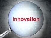 Optické lupy s slova inovace na digitální pozadí