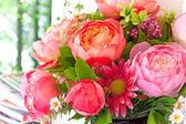 Blumen Blumenstrauß arrangieren für die Dekoration im Haus