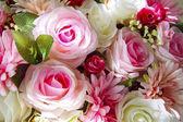 Der künstliche Blumen Blumenstrauß arrangieren für die Dekoration im Haus hautnah