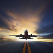 Osobní letadlo vzlétnout z dráhy proti krásné tmavé sk