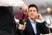 Pincér szolgáló bor