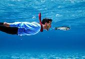 Lustige Kaufmann Schwimmen unter Wasser