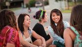Různorodá skupina dospívajících dívek mluví