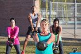 Muži a ženy cvičení venku