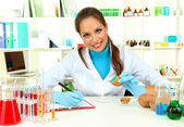 Mladá žena vědec injekční Gmo do brambor v laboratoři