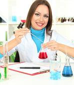 Mladý vědec v laboratoři