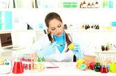 Mladá žena vědec injekční Gmo do citronu v laboratoři