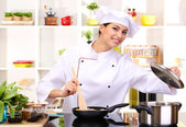 Mladá žena kuchař vaření v kuchyni