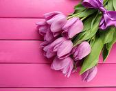 Gyönyörű csokor rózsaszín fa háttér lila tulipán