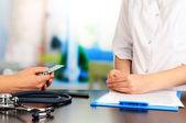 Gynekolog jmenuje hormonální pilulky pacienta