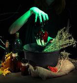 Witch a sötét színű háttérben ijesztő halloween laboratóriumban