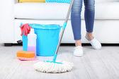 Reinigung Boden im Zimmer Nahaufnahme