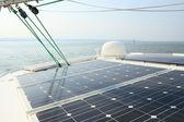 Solární panely nabíjení baterií na palubě plachetnice