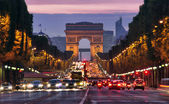 Paříž, champs Elysées v noci