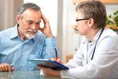 Paziente maschio racconta il medico suoi reclami di salute