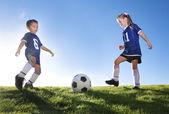 Mladí fotbaloví hráči v týmu