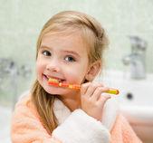 Mosolygó kis lány fogmosás fogak