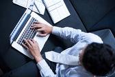 Asijské obchodní muž pracující s přenosným počítačem
