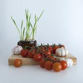Cherry rajčátek odrůd, česnek a česnek klíčky v salátech
