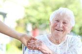 Senior Frau Hand in Hand mit Hausmeister