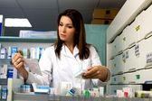Gyönyörű női gyógyszerész keres gyógyszer