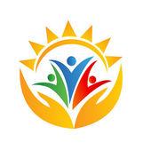 Týmová práce rukou a slunce logo