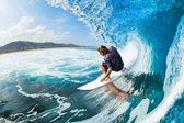 Surfující na vlně modrý oceán