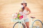 Krásná mladá žena na kole