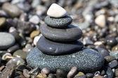 Bilanciamento pietre bagnate sulla spiaggia