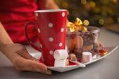 Detailní záběr na desce s vánoční cukroví a šálek horké čokolády