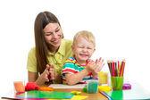 Matka a dítě chlapec spolu hrají