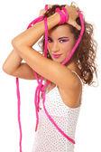 Bella ragazza sexy legate con corda rosa, su sfondo bianco