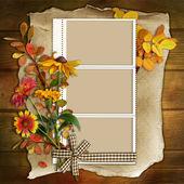 Rahmen mit Blumen auf einem hölzernen Hintergrund