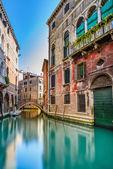 Panoráma města Benátky, vodní kanál, most a tradičních budov. Itálie