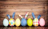 Uova di Pasqua felice sul tavolo di legno