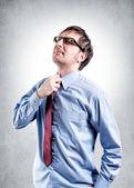 Imprenditore stanco con cravatta soffocare