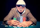 Giocatore di poker con cigar.selective focus sulla testa uomo